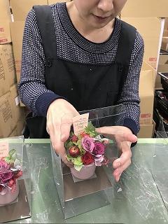 出来上がったお花をクリアケースに丁寧に入れます